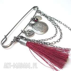 szlachecka -broszka - srebro, oksydowane, granat, chwost, metaloplastyka, agrafka