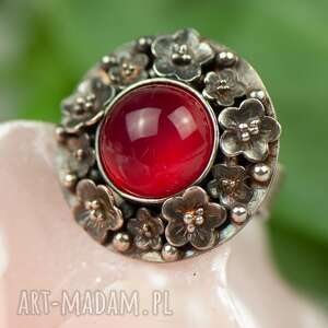 pierścionek z czerwonym agatem otoczony srebrnymi kwiatami a847, srebrny