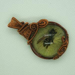 ręcznie zrobione wisiorki osa w zieleni - zawieszka z osy, żywicy i miedzi