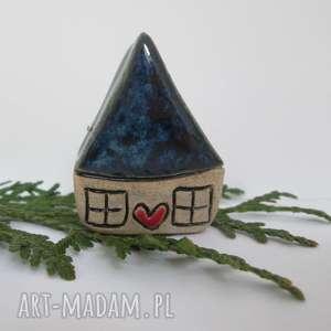 świąteczny prezent, granatowy malutki domek, mały, ceramiczny, krasnoludkowy