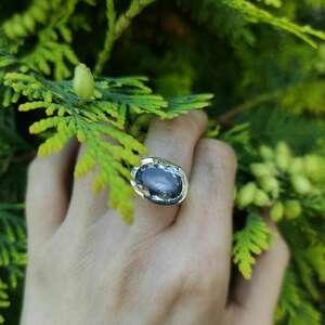 srebrny pierścionek z ametystem, ametyst, surowy, srebro, minimalistyczny