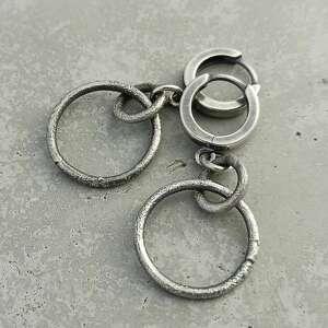 małe surowe srebrne koła
