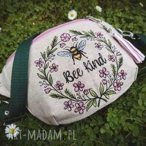 mini nerka bee kind, mała torebka, haftowana, lniana, pszczółka