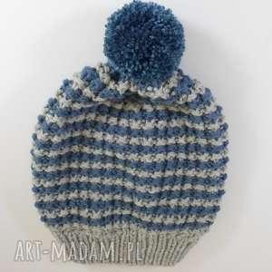 dwukolorowa czapka z pomponem, czapka, paski, pompon, akryl