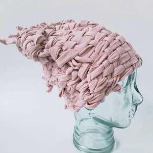 Katarzyna Staryk, czapka tkana pudrowy róż (rękodziało, dzianina, dresówka)