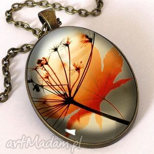 jesienna nostalgia - owalny medalion z łańcuszkiem - liść