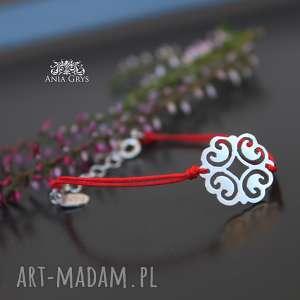 handmade bransoletki rozetka na czerwonej nitce