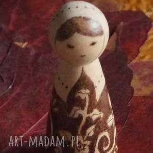 folkowa nostalgia - ręcznie wypalana drewniana laleczka, kokeshi, kwiaty
