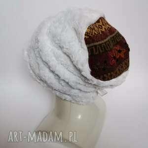 czapka damska handmade białe zmierzwione fotetko na podszewce a gora