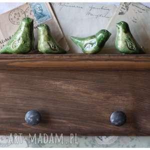 Orzechowa półeczka wieszak z zielonymi ptaszkami, ceramika, wieszak, ptak