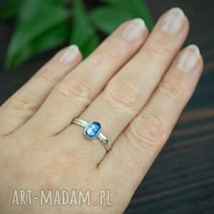 srebrny pierścionek z kyanitem i podwójną obrączką, niebieskim