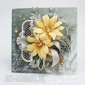 z żółtymi kwiatami - w pudełku, życzenia, rocznica, podziękowanie, urodziny