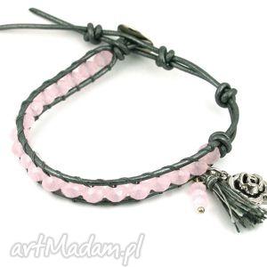 mini snake wrap różowy kryształ mleczny, kryształki, szkło, rzemień, skóra, zawieszka