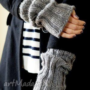 szare rękawki, rękawiczki, płaszcz, mitenki, dziergane