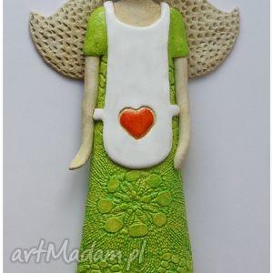 ręcznie wykonane ceramika aniołek w białym fartuszku z sercem