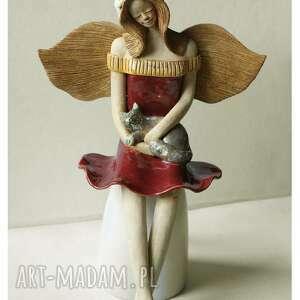 Anioł w bordowej sukni z kotem i wianuszku ceramika wylegarnia