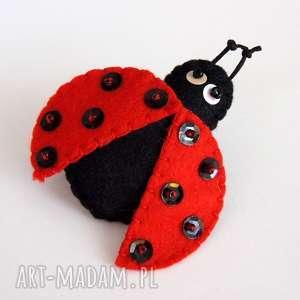 biedronka broszka z filcu zabawna przypinka dla dziecka filc kropki owad biżuteria