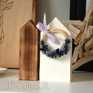 ręcznie wykonane dekoracje 2 domki z lawendowym wiankiem