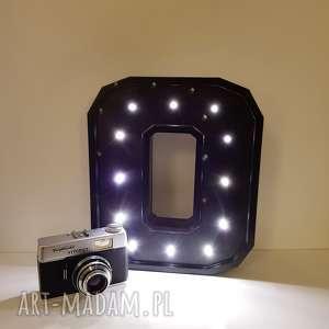 podświetlana literka o - lampka, lampa, literka, typografia, sypialnia