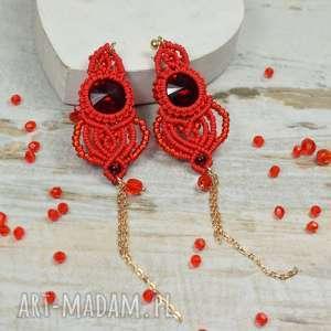długie, czerwone kolczyki z pięknie mieniącymi się kryształami