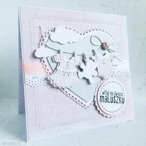 kartka gratulacyjna z okazji narodzin dziewczynki sznurek ubrankami, gratulacje