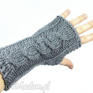 świąteczny prezent, szare z warkoczem, rękawiczki, mitenki, bezpalczatki, zima, ręka