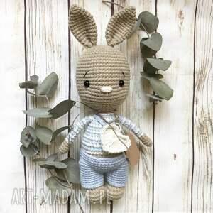beżowy króliczek eryczek w błękitnych spodenkach, babyshower, urodziny, chrzest