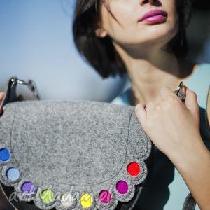 hand made na ramię listonoszka z kolorowymi kropkami