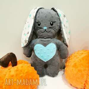 ciemno szary królik z miętowy sercem, przytulanka minky prezent dla dziecka