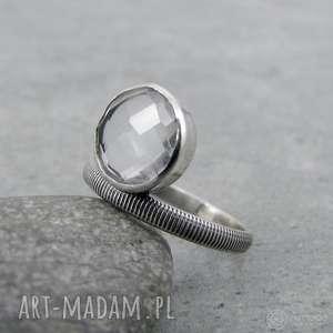krystaliczny z paseczkami, delikatny, kobiecy, przezroczysty, asymetryczny, kryształ