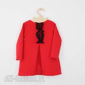 Czerwona sukienka z koronka, czerwona