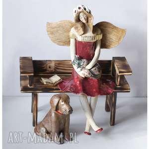zaczytany anioł na ławeczce z labradorem i kotem, ceramika, anioł, pies, kot