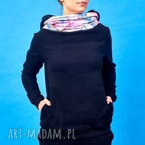 Czarna bluza z kominem i kapturem motyw kwiatowy, czarna-bluza, bluza-w-kwiaty