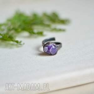 simple amethyst ii - pierścionek w surowym stylu z miedzi, duży