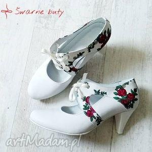 buty ślubne góralskie na niskim obcasie, folk, ślub, ludowe, białe, szpilki