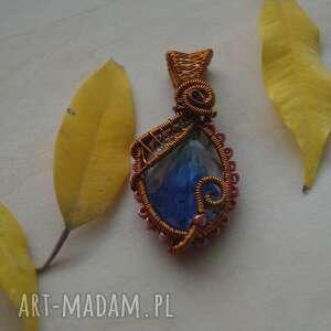 dygresje niebieskie - zawieszka z żywicy i miedzi - miedziana biżuteria