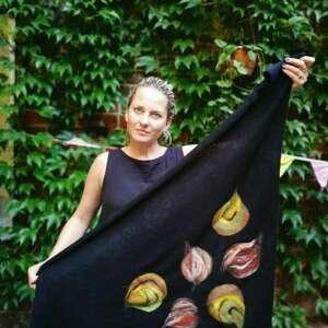 chustki i apaszki czarna chusta handmade wełniana, elementy filcowane to wełna