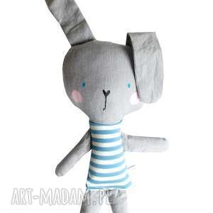 ręcznie zrobione zabawki królik w tiszerku. Kieszonkowy