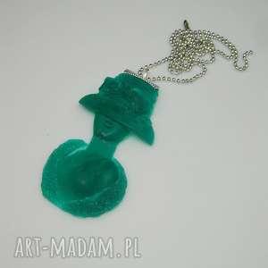szmaragdowa dama-N48, zielony-wisior, wisior-kobieta, unikatowa-biżuteria, żywica