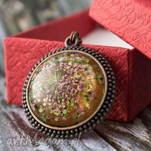 Medalion z prawdziwym kwiatem - oksydowana miedź, wisior, naszyjnik, kwiat, żywica