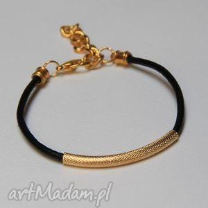 bransoletka z czarnego rzemienia skórzanego elementami metalowymi w kolorze złotym