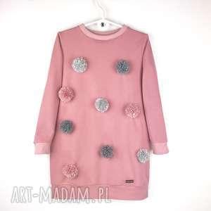 Dresowa sukienka z pomponami pudrowy róż,
