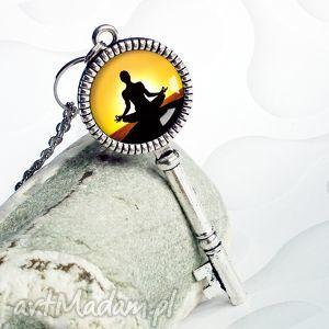 naszyjnik klucz yoga joga - joga, fitnes, hobby, srebrny, żółty, oryginalny
