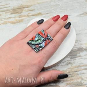 pierścionek ważka - w odcieniach czerwieni na regulowanej bazie