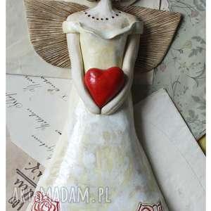 Anioł z sercem w sukni różami, ceramika, anioł, serce, róża