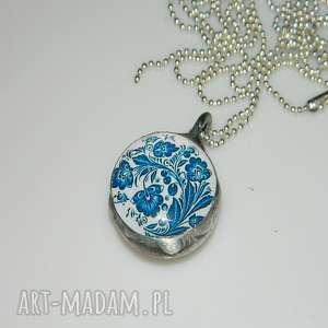 niebieski, szklany, szklany-wisior, unikatowa-biżuteria, unikalny-wisior, grafika