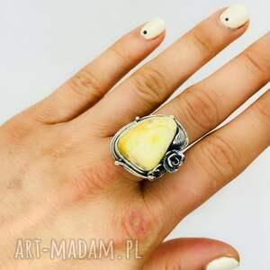 damski srebrny pierścionek z bursztynem bałtyckim
