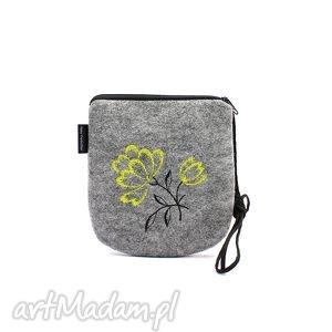 handmade mini filcowa torebka z wyszytym kwiatem