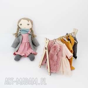 Lalka przytulanka z kompletem ubranek na wieszaku, wieszak, ubranka, lalka
