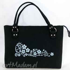 czerna torebka filcowa, niebieskie kwiaty - torebk, torba, filc, haft
